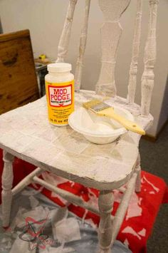 How to transform furniture using a tissue paper decoupage method. You can easily change the look of boring furniture by using tissue paper. Decoupage Chair, Decoupage Tissue Paper, Pallet Projects, Easy Projects, Mod Podge Matte, Recycled Crafts, Paper Decorations, Cool Diy, Chairs
