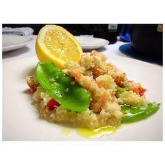 Cuscuz marroquino com camarão palmito tomate cereja ervilhas tortas e coentro limãozinho siciliano e azeite a vontade!  #cuscuz #salivei #receita #receitafacil #jantar #dehoje #cozinhaterapia #culinaria #light #fit #ficoutop #amornoprato #boanoite by miii.morais