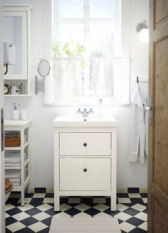 Badkamer met witte HEMNES/ODENSVIK wastafelkast met twee lades en APELSKÄR mengkraan.