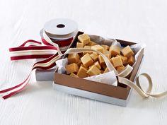 Vaniljefudge Sweet Recipes, Fudge, Container, Desserts, Christmas, Baking Ideas, Food, Tailgate Desserts, Xmas