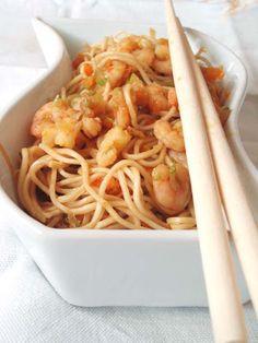 Noodles di grano duro con verdure e gamberetti