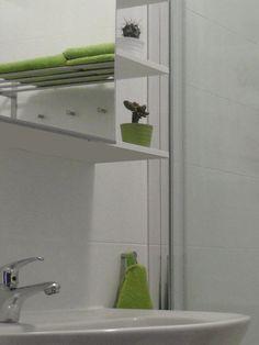 Die Topfpflanzen und die Handtücher entsprechen in ihren entsprechenden Schattierungen von Grün, Wahrung der Konsistenz quer durch den Raum. Die Spiele hier sind auch bis zu Datum und einfachen.