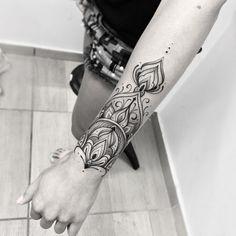 Tatuagem criada por Gabriel Chapel de Vitória - ES.    Bracelete em blackwork.