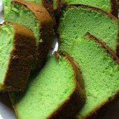 Gerecht printenEr zijn veel verschillende recepten te vinden voor de Indische Sponscake..maar ik zeg je nu al: dit recept is écht lekker! Wat je nodig hebt voor de Sponscake / Pandan cake 6 eieren 6 eierdooiers (Ja alleen dooiers!) 125 gram suiker 125 gram bloem heel klein beetje zout 1 theelepel geraspte citroenschil (fijn) … Pandan Cake, Cake Cookies, Cupcake Cakes, Cake Recept, Bake My Cake, American Chocolate, Food Vans, Indonesian Food, Piece Of Cakes