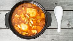 Kimchi jjigae ist in Korea sehr beliebt. Ein herzhaft-scharfer Eintopf mit fermentiertem Chinakohl. Perfekt für die kalten Tage.