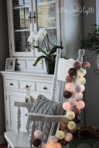 Home on the Hill - zestaw nadający pomieszczeniom ciepłego klimatu. Do kuchni, living roomu, sypialni. W zestawie kule w kolorach: white, light blue, light aqua, mix grey, stone. www.cottonballlights.pl