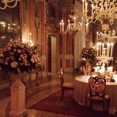 The most stunning setting for an incredible dinner #bellinitravel #venice #massimobottura #floral_perfection #flowers #romantic #crystal #candles #crystalcandelabra #chandeliers #petals #pastel #weddings #parties #simonsaysflowers