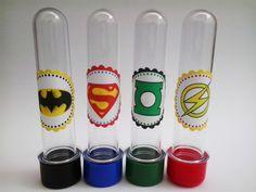Tubete para lembrancinha da festa Heróis Liga da Justiça.  (Sujeito a alterações conforme disponibilidade de cores na hora da compra)  Com as tampas coloridas combinando com o tema.  Preço unitário R$ 1,10