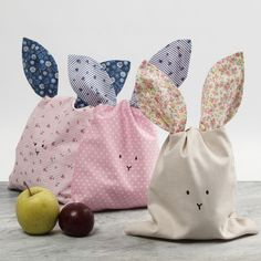 Kaninpåse sydd i patchwork tyg Baby Sewing Projects, Sewing For Kids, Bunny Bags, Diy Bebe, Easter Bunny Decorations, Patchwork Fabric, Craft Stick Crafts, Baby Blanket Crochet, Fabric Decor