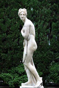 ¿Qué sabes de la diosa Venus (Afrodita para los griegos) en la antigua Roma? #inspirationMW Venus, Garden Sculpture, Statue, Outdoor Decor, Art, Gardens, Aphrodite, Ancient Rome, Courtyards