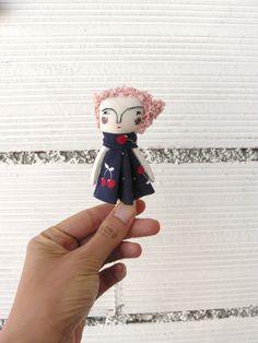 Pequeña muñeca de pelo rosa. Muy pequeña. 9,5 cm de AntonAntonThings en Etsy