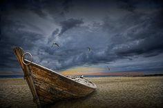 Abandonné bateau sur une plage Sandy Lake Huron mouettes volant au milieu d'une tempête venant en sens inverse par Oscoda Michigan No.012910 A Fine Art photographie de bateau