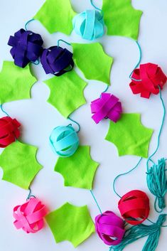 Looking for some diy holiday home décor? Make this colorful holly garland! Fabric Garland, Diy Garland, Garlands, Felt Christmas Decorations, Christmas Crafts For Gifts, Cute Diy Projects, Diy Home Decor Projects, Easy Diy Crafts, Crafts For Kids