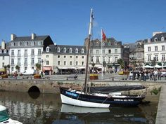 Good morning travelers who have never been to Britain or have never visited Vannes? It's a real gem, we did last year and we loved it. Today along with Mara we are taking you to visit it.   #Britian #city #europe #flowers #island #port #river #vennas #visit