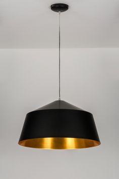 Imposante, strak vormgegeven hanglamp in mat zwart. Bijzonder aan deze lamp is de goudkleurige binnenkant. Deze is bijzonder glad afgewerkt en heeft een warme, goud/oranje gloed.  Een prachtige hanglamp met een bijzonder fijne afwerking die door zijn vormgeving en kleurstelling bijzonder goed toepasbaar is in diverse interieurstijlen. diameter: 56.00 cm  . Voor keuken tafel , woonkamer tafel , salontafel . Woonkamer verlichting .  Belgium , Klik op Link www.rietveldlicht.be Of  +31 184 499…