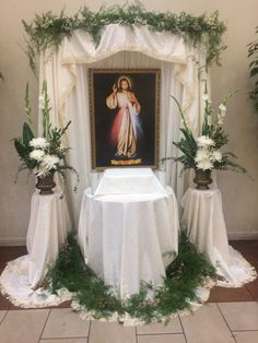 Church Flower Arrangements, Church Flowers, Lent Decorations For Church, Table Decorations, Divine Mercy Jesus, Prayer Corner, Christmas Swags, Flower Stands, Meditation Space