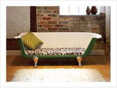 bañera reciclada y convertida en sofa