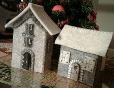 casette in panno grigio - luisa valent Swedish Christmas, Christmas Home, Christmas Crafts, Christmas Ornaments, Colorful Christmas Decorations, Tiny Little Houses, Felt House, Felt Tree, Putz Houses