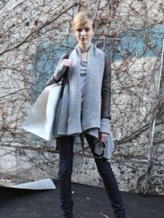 在Chloe秀場結束後,同樣看到以短外套內加上過大的單品做搭配,造成大翻領的效果,與垂墜式不等長的線條,但不同的是在顏色上的選擇以較單純的黑灰做搭配,單純的色系裡顯成熟。