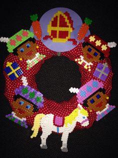Sint Nicolaas en zijn Maatjes; Sinterklaas Krans met Ornamenten van Strijkkralen van de Sint, zijn Maatjes en Amerigo. Dat vinden alle kinderen wel leuk om te maken. Juf de krans, kinderen de ornamenten Wat zal het vrolijk zijn in de klas.
