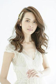 アンティーク風のゴールドアクセを主役にした、ウエーブが効いたダウンヘア。決めすぎず、肩の力の抜けたさりげない雰囲気が魅力です。披露宴だけでな... Bridal Looks, Bridal Make Up, Bridal Style, Bridal Hair, Wedding Party Hair, Wedding Prep, Wedding Dresses, Party Hairstyles, Wedding Hairstyles