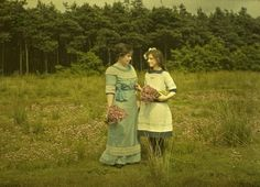 Autochrome photo of women picking flowers in the field, Charles Corbet. Between 1909 and 1914.