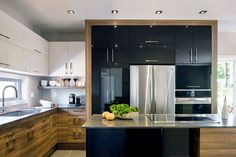 Cuisine au design contemporain Love the mix of cabinetry. Very sleek, modern, and simple Kitchen Interior, Interior Design Living Room, Living Room Designs, Layout Design, Kitchen Dining, Kitchen Decor, Luxury Kitchen Design, Kitchen Layout, Interiores Design