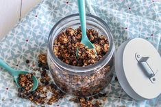 Granola aux noisettes et pépites de chocolat:3 fois rien en ingrédients, une facilité déconcertante et un résultat dé-li-cieux, idéal pour les petits-déj !