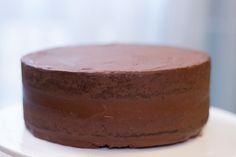 Le gâteau chocolat-ganache, la recette de base tout chocolat d'Anne-Sophie (meilleur patissier) pour le cake design. Parfait pour être recouvert de pâte à sucre.