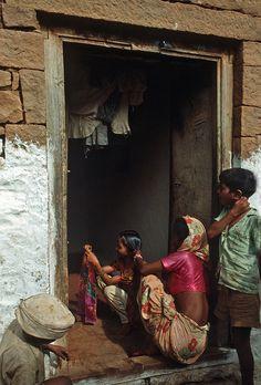 India - Badami, pettinando i lunghi capelli.. | Scansione da… | Flickr