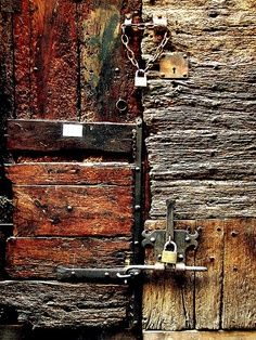 This image represents the use of different textures and how it can create a fun image for the eye to bounce around to when including multiple textures. The feel of these textures just adds so much depth to the image. Knobs And Knockers, Door Knobs, Les Doors, Foto Macro, Peeling Paint, Different Textures, Texture Art, Wabi Sabi, Textures Patterns