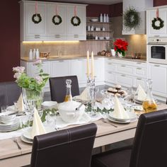 Inspirace na slavnostně prostřenou tabuli, třeba pro štědrovečerní stůl? Kuchyně Radana jako by byla stvořená pro útulné dekorování 😍 Table Settings, Place Settings, Tablescapes