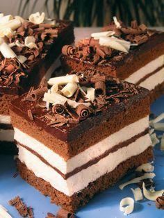 Kinder Pinguin Čokoládová poleva 1,5 dl mlieka 350 g tmavej čokolády 100 g masla Plnka 3dl mlieka 10 g želatíny 500 ml smotany na šľahanie 3 lyžice medu Piškóta 1 kypriaci prášok 30 g kakaa 160 g hladkej múky 3 lyžice vody 150 g kryštálového cukru 6 vajec Najskôr si upečieme kakaovú piškótu. Oddelíme žĺtka…