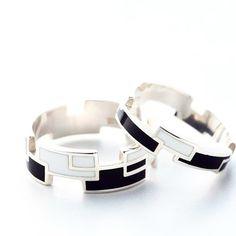 【RING RECTANGLE】 カラー BLACK / WHITE ・ 無垢のシルバー925にモノトーンのエポキシ。 動きを感じる配色と、異なる見え方のつけ心地をお楽しみください。 ・ サイズ Nタイプ…7・9・11号 Wタイプ…13・15・17号 ・ http://invidia.jp ・ #ring #リング#silver #シルバー#epoxy #エポキシ#color #カラー#RECTANGLE#レクタングル#invidia_jp #costumejewelry#コスチュームジュエリー#accessory#アクセサリー