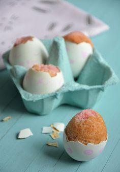 Voici une recette amusante à faire avec les enfants pour Pâques! Il suffit de verser de la pâte à gâteau (cake, brownie, moeulleux....) dans des coquilles d'œufs, de cuire 15/20 mm et de les décorer après. Ici j'ai coloré la pâte avec du colorant alimentaire...