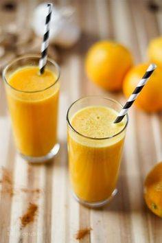 Ein einfaches Rezept für einen Power Detox Drink zum Entgiften der Leber und Vorbeugung bei Erkältung mit Zitrone, Cayenne Pfeffer, Ingwer und Kurkuma. Orangefarbenes Gold aus dem Glas!