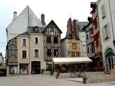 La place du Châtelet, à Orleans, avec ses maisons anciennes aux facades restaurées.