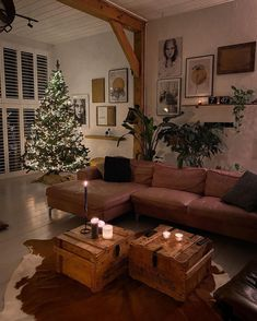 (C) Jellinadetmar | Home Decor ideas | Christmas Season #homedecor #warm #christmasdecor #christmasdecor #lighting #christmastree Warm Home Decor, Boho Life, Creative Home, Home Decor Inspiration, Interior Decorating, New Homes, Wall Art, Table, House