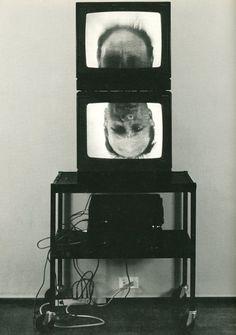 BRUCE NAUMAN. videoteos jossa päät pyörivät TV ruudussa vastakkaiseen suuntaan.ja mies ääni huutaa HELP ME, HELP ME... !