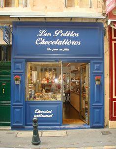 Les Petites Chocolatiers in Aix-en-Provence Fachada de una chocolatería pintado de un azul vivo y agradable, y utilizando una caligrafía que encaja a la perfección.