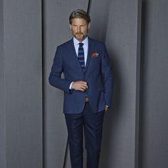 Lacivert ve indigo tonlarının dikkat çeken uyumu örgü kravat ile şehir hayatına vurgu yapıyor. #jacket #simdibunlarmoda #hatemoglu ---> www.hatemoglu.com/tr/yeni-sezon-ceket