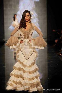 Traje de flamenca Aurora Gaviño Special Dresses, Unique Dresses, Gypsy Culture, Spanish Dress, Ballroom Gowns, Mardi Gras Costumes, Spanish Fashion, Gypsy Dresses, Elegant Outfit