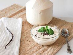 Hacer tu propio yogur de coco es la mejor opción para obtener tu dosis de probióticos en forma saludable. No sólo está lleno de beneficios, pero también es súper fácil de hacer. Puedes hacerlo en grandes cantidades y guardarlo en la nevera durante unos 4 a 5 días. Sirve con fruta fresca, tu muesli favorito ...