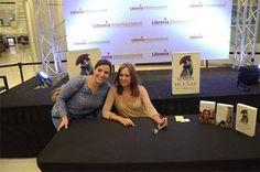 María Dueñas en firma de libros en Librería Internacional Multiplaza Escazú
