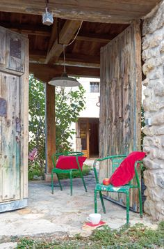 Casa rehabilitada en Villaseca. Una gran portón de doble hoja, el original de la antigua casa, da la bienvenida a un recoleto y acogedor patio interior.