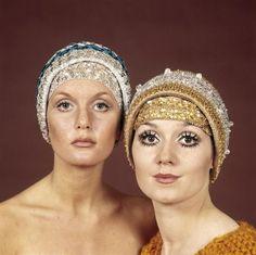 Ton Nelissen   Damesmode, hoofdbedekking. Twee modellen met van zilver en goud lurex garen gehaakte avondhoedjes, bestaand uit haarband en muts. Typische jaren '60 oogmake-up met zwaar aangezette wimpers. Studio-opname, Nederland, ca. 1969.