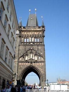 La torre del puente de Carlos IV de Praga Torre de entrada al puente de Carlos IV desde la ciudad vieja