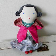 Klára / panenka Klára je elegantní dáma pro malé i velké. Ve svém šatníku má moderní koktejlky z bavlněného saténu, které se zapínají na knoflík, a růžový kabátek. Pelerínová část pláště je z recyklované sukně s bohatou strojovou výšivkou, zbytek je ušitý z bavlněného kanafasu (vnitřní káro) a růžové bavlny. Střevíčky jsou ušité z červené textilní ...