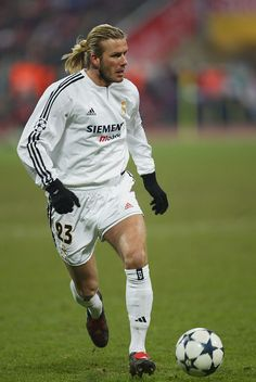 David Beckham of Real Madrid in action during the UEFA Champions League match between Bayern Munich and Real Madrid at The Olympic Stadium on February 2004 in Munich, Germany. (Photo by Stuart Franklin/Getty Images) David Beckham Beard, David Beckham Football, David Beckham Soccer, David Beckham Style, Real Madrid Football Club, Real Madrid Players, Uefa Champions League, Imagenes Real Madrid, Soccer Shoes