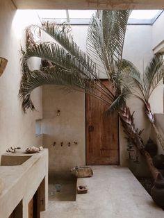 Kitchen Interior Design Lime plaster, or Tadelakt, creating an organic Morocco meets Cali cool, in Vogue photographer Philip Dixon's Venice home. - brydiemack: Phil's house, Venice Beach Villa Design, Design Hotel, Home Design, Home Interior Design, Design Interiors, Diy Interior, Clean Design, Rustic Interiors, Luxury Interior